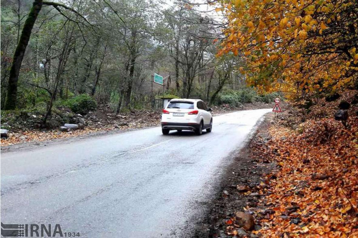 خبرنگاران جاده های مازندران باز اما بارانی و لغزنده است