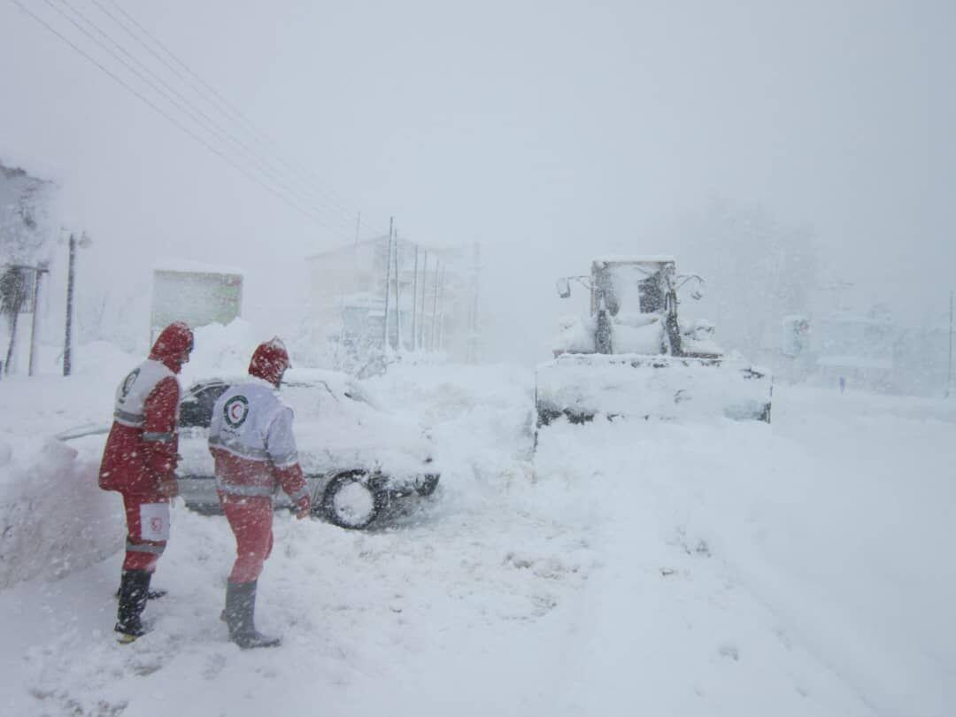 خبرنگاران سرنشینان چهار خودرو گرفتار در برف محور چاشم امدادرسانی شدند