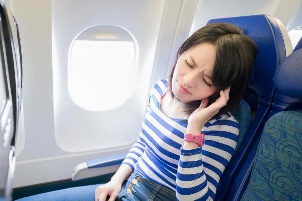 با گرفتگی گوش در هواپیما چه کنیم؟